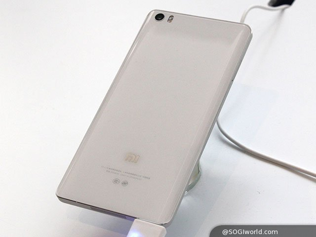 小米科技今日(1/15)宣布推出新年度旗艦手機「小米 Note」,並以蘋果 iPhone 6 Plus 為假想敵,強調性能至上、薄窄短輕且相機鏡頭不凸出,極致工藝再突破。小米 Note 採用金屬邊框、雙曲面玻璃造型設計,運行 Android 4.4.4 KitKat 作業系統、MIUI V6 介面,配備 5.7 吋 1080P Full HD 解析度 IPS 螢幕,內建 Qualcomm Snapdragon 801, 2.