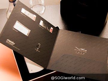 包装盒内含括美图 v4 智能手机,数据线,电源适配器,说明说,保护膜