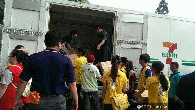 7-ELEVEN配送物資至高雄中正高工 動員門市夥伴一同協助
