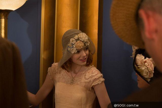 艾瑪史東《PRADA惡魔》時尚美術打造 華服換裝秀迷倒柯林佛斯