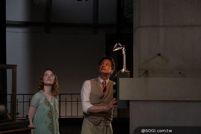 艾瑪史東、柯林佛斯《魔幻月光》愛在星斗下 浪漫暢遊南法