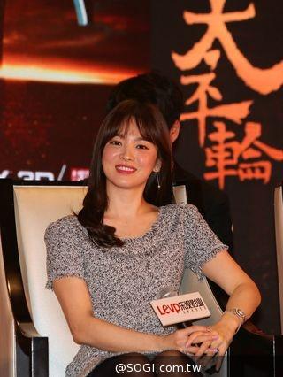 《太平輪:亂世浮生》導演吳宇森率領金城武、宋慧喬亮相上海記者會