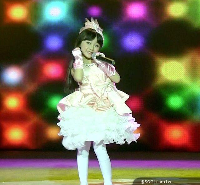 甜美的长相,洋娃娃般的舞蹈,让歌迷们瞬间记住了这个「可爱娃娃」,自