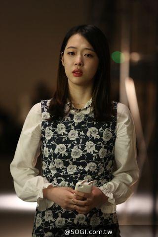為《時尚天王》裝書呆子 韓女子天團雪莉 醜到連媽都認不出